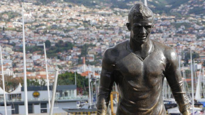 Die Ronaldo Statue wurde nach dem Deutschlandspiel kaputt gemacht .
