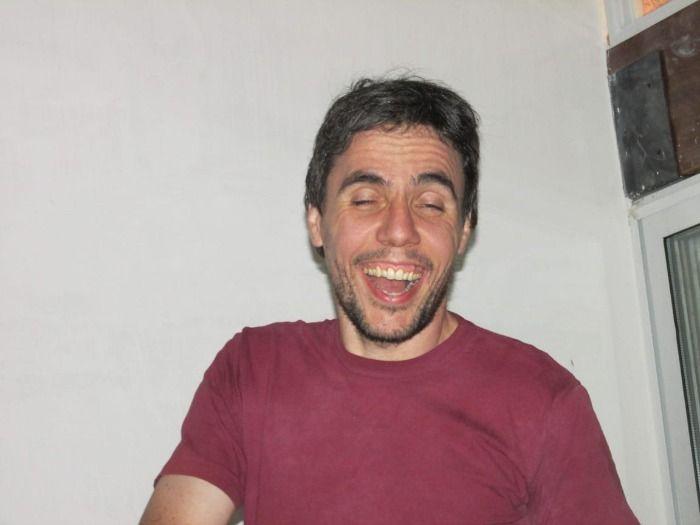 Conmoción en la provincia de Mendoza: Lo matan a golpes de Puño por mandar memes de Julio Iglesias.