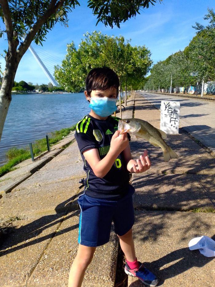 Niño de nueve años pesca su primer black-bass